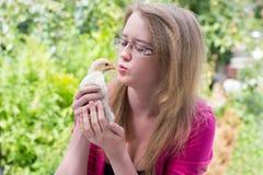 Mädchen mit einem kleinen Huhn lizenzfreie stockfotografie