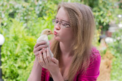 Mädchen mit einem kleinen Huhn lizenzfreie stockbilder