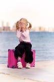 Mädchen mit einem Koffer stockfoto