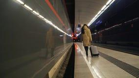 Mädchen mit einem Koffer auf der Plattform stock video