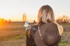 Mädchen mit einem Kompass Lizenzfreie Stockbilder