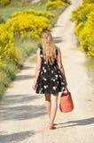 Mädchen mit einem Korb in der Hand Lizenzfreie Stockfotos