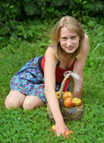 Mädchen mit einem Korb von Äpfeln Lizenzfreies Stockfoto