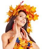Mädchen mit einem Kranz des Herbstlaubs auf dem Kopf. Lizenzfreie Stockfotos