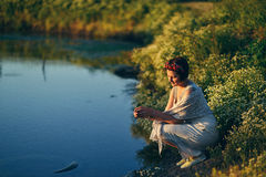 Mädchen mit einem Kranz im Fluss Lizenzfreies Stockfoto