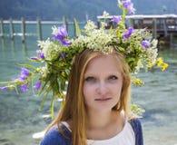 Mädchen mit einem Kranz von Sommerblumen Stockfotografie