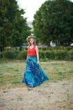 Mädchen mit einem Kranz von Wildflowers Lizenzfreies Stockfoto