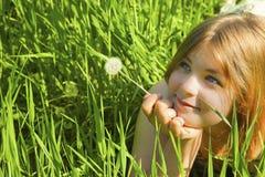 Mädchen mit einem Löwenzahn Lizenzfreies Stockfoto