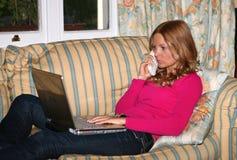 Mädchen mit einem Laptop stockbild