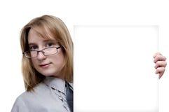 Mädchen mit einem leeren Blatt des Papiers Lizenzfreies Stockbild