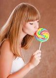 Mädchen mit einem lollypop Lizenzfreie Stockfotos