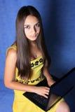 Mädchen mit einem Notizbuch Stockbild