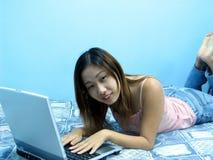 Mädchen mit einem Notizbuch Lizenzfreie Stockfotografie