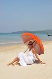 Mädchen mit einem orange Regenschirm Stockfotografie