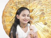 Mädchen mit einem orientalischen Regenschirm Stockbilder