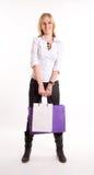 Mädchen mit einem Paar Einkaufstaschen Stockbilder