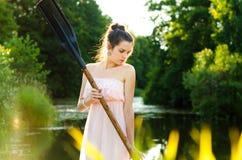 Mädchen mit einem Paddel Stockbild