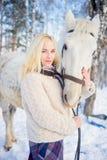 Mädchen mit einem Pferd Stockfoto