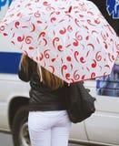 Mädchen mit einem Regenschirm Lizenzfreies Stockbild