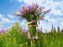 Mädchen mit einem riesigen Blumenstrauß der Blumen