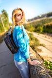 Mädchen mit einem Rucksacklehnen stockfotografie