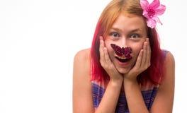 Mädchen mit einem Schmetterling auf einer Nase Lizenzfreies Stockfoto