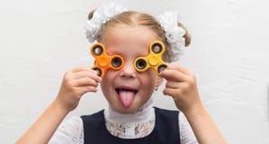 Mädchen mit einem Spinner im Studio stockbilder