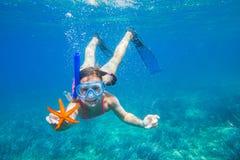 Mädchen mit einem Starfish stockfoto