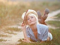 Mädchen mit einem Stroh lizenzfreies stockbild