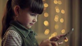 Mädchen mit einem Tablettenlächeln in Kamera stock video