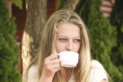 Mädchen mit einem Tasse Kaffee Stockbilder