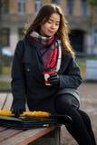 Mädchen mit einem Tasse Kaffee auf einem Weg im Park lizenzfreies stockfoto