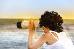 Mädchen mit einem Teleskop auf der Aussichtsplattform Lizenzfreie Stockbilder