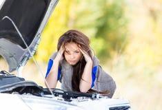 Mädchen mit einem unterbrochenen Auto Lizenzfreie Stockbilder
