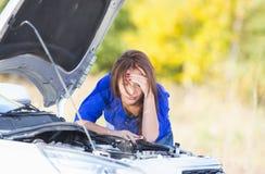 Mädchen mit einem unterbrochenen Auto Lizenzfreies Stockbild