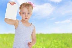 Mädchen mit einem weißen Umschlag lizenzfreies stockbild