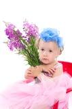 Mädchen mit einem Weidekrautblumenstrauß lizenzfreie stockfotografie