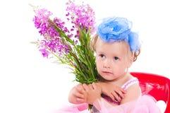 Mädchen mit einem Weidekrautblumenstrauß stockfotografie
