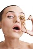 Mädchen mit einem Wimperlockenwickler stockbild