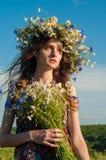Mädchen mit einem Wreath der Blumen Gesicht des schönen ukrainischen Mädchens stockbilder