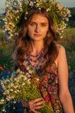 Mädchen mit einem Wreath der Blumen Schönes ukrainisches Mädchen lizenzfreie stockfotografie