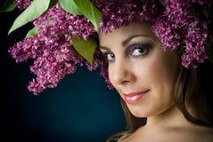 Mädchen mit einem Wreath der Flieder Lizenzfreie Stockfotos