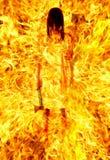 Mädchen mit einer Axt in einer brennenden Flamme. Lizenzfreie Stockbilder