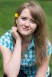 Mädchen mit einer Blume in ihrem Haar lizenzfreie stockfotografie