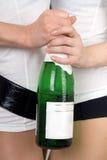 Mädchen mit einer Champagnerflasche Lizenzfreie Stockfotos
