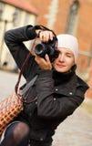 Mädchen mit einer Digitalkamera Stockbilder
