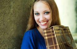 Mädchen mit einer Einkaufstasche Stockbild