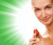 Mädchen mit einer Erdbeere Lizenzfreie Stockfotos