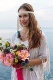 Mädchen mit einer Hochzeitsblumenstrauß boho Art Stockfotografie