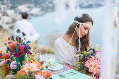 Mädchen mit einer Hochzeitsblumenstrauß boho Art Stockfoto